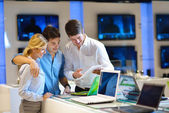 Young couple in consumer electronics store — Foto de Stock
