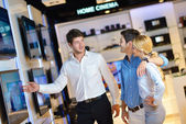 Young couple in consumer electronics store — Foto Stock