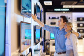 Jeune couple en magasin d'électronique de consommateur — Photo