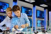 Giovane coppia in negozio di elettronica di consumatore — Foto Stock