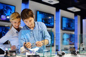 Young couple in consumer electronics store — Stok fotoğraf