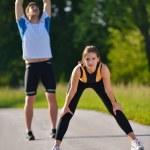Пара делать растяжку упражнение после пробежки — Стоковое фото