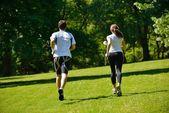 Giovane coppia jogging — Foto Stock