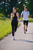 Jovem casal jogging — Foto Stock