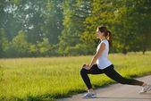женщина, растяжения перед фитнес — Стоковое фото