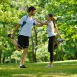 couple faisant étirement exerce après footing — Photo