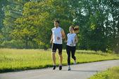 Jeune couple de jogging au matin — Photo