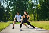 Doen stretching oefening na het joggen (echt) paar — Stockfoto