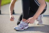 Unga vackra kvinnan jogging på morgon i park — Stockfoto