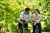 Gelukkige paar fietsten buitenshuis — Stockfoto