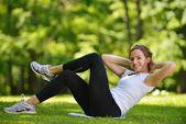 Kobieta rozciąganie przed fitness — Zdjęcie stockowe