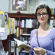 Female in library - Foto Stock