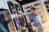 Comprar en la tienda de electrónica de consumo — Foto de Stock