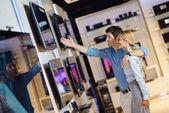 Comprar na loja de eletrônicos de consumidor — Foto Stock