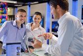 Kopen in consumenten elektronicawinkel — Stockfoto