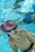 счастливый ребенок на бассейн — Стоковое фото