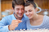 Happy young couple in jewelry store — Stockfoto