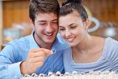 快乐对年轻夫妇在首饰店 — 图库照片