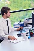Glad ung affärsman på kontor — Stockfoto