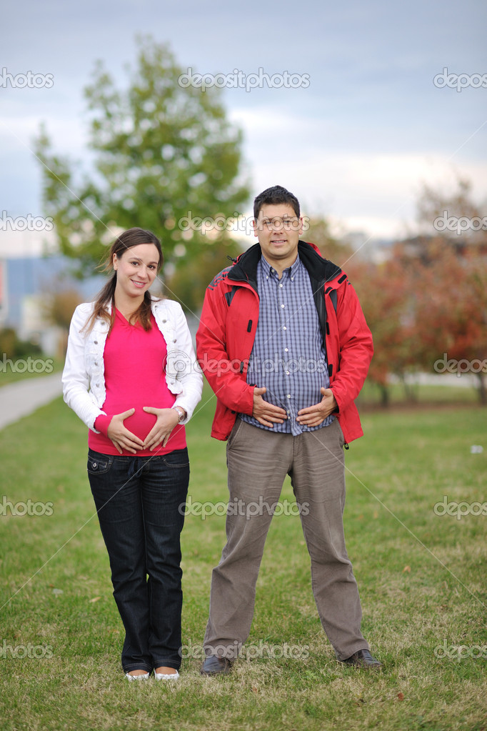Happy couple outdoor,  beautiful pregnant woman with her husband — Stok fotoğraf #16027123