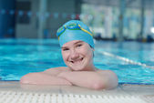 Glückliches kind am schwimmbad — Stockfoto