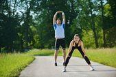 Dělá protahovací cvičení po běhání — Stock fotografie