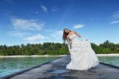 азиатские невесты на пляже — Стоковое фото