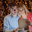 Young couple with a tablet computer - Foto Stock