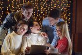 Feliz olhando um computador tablet — Foto Stock