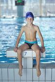 Criança feliz na piscina — Foto Stock
