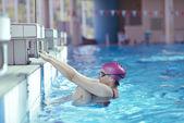 在游泳池的快乐儿童组 — 图库照片