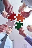 ジグソー パズルを組み立てるビジネス グループ — ストック写真