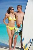 Szczęśliwa młoda para korzystających lato na plaży — Zdjęcie stockowe