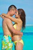 Yaz plaj keyfi mutlu genç Çift — Stok fotoğraf