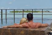 Gelukkige jonge paar op zomervakantie plezier hebben en ontspannen — Stockfoto