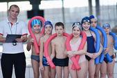 Skupina šťastných dětí v bazénu — Stock fotografie