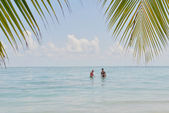 Mutlu genç bir çift, yaz tatili eğlenmek ve dinlenmek — Stok fotoğraf