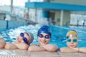 De gelukkige kinderen groep bij zwembad — Stockfoto