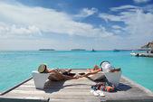 Mutlu genç çift eğlenceli plaj var — Stok fotoğraf