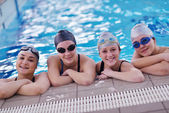 Happy teen group am schwimmbad — Stockfoto