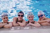 Grupo adolescente feliz en piscina — Foto de Stock