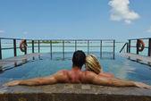 Heureux jeune couple en vacances d'été s'amuser et se détendre chez bea — Photo