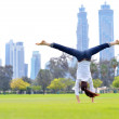 Young woman jumping in park — Stockfoto
