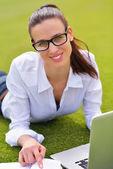 женщина с ноутбуком в парке — Стоковое фото