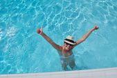 Glückliche frau im schwimmbad — Stockfoto