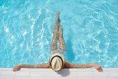 Gelukkige vrouw in zwembad — Stockfoto