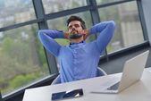 快乐的年轻商业男人在办公室 — 图库照片