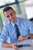 Ofiste tablet bilgsayar kullanarak iş adamı — Stok fotoğraf
