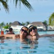 Young couple relax and take fresh drinks at poolside — Stockfoto