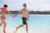 Happy young couple have fun at beach — Foto de Stock